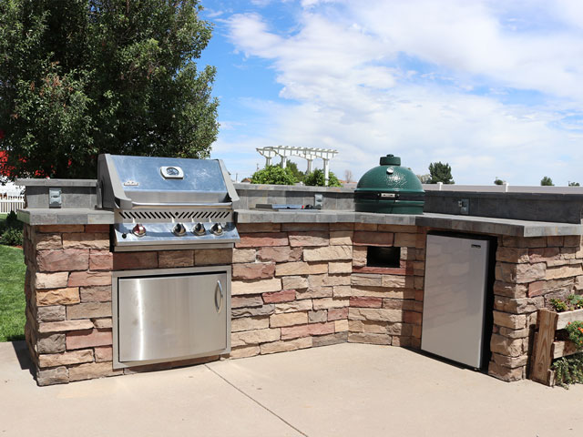 Stacked veneer outdoor kitchen with Egg